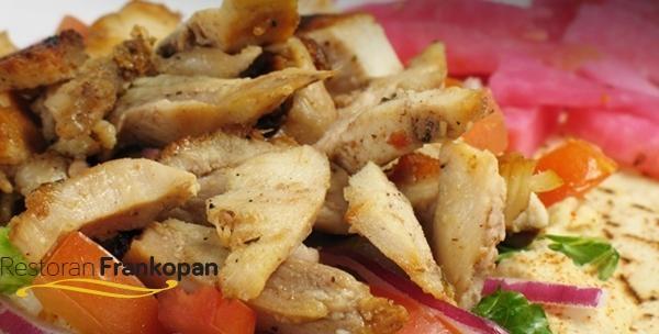 Pečena piletina s roštilja uz povrće sa žara, pureći popečak