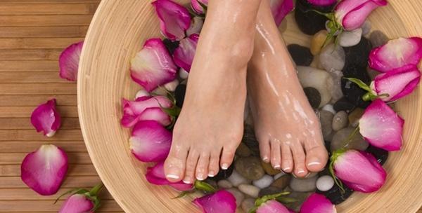 Pedikura s trajnim lakom ili masažom stopala