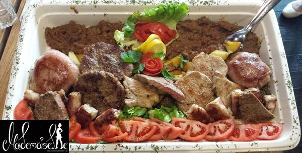 Mesna plata – punjene pljeskavice sa sirom, pureći ražnjići sa slaninom i punjeni bataci za 149kn!