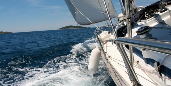 Najam jedrilice sa skipperom na dva dana za 4850kn