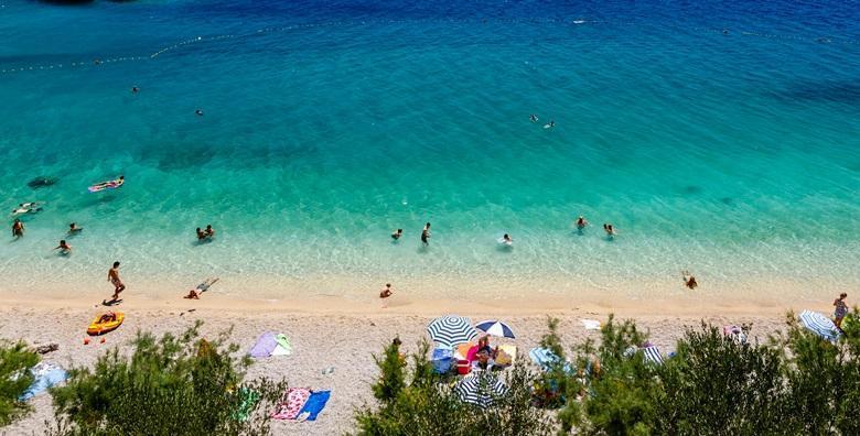 Ponuda dana: SUKOŠAN, CIJELA SEZONA Simpatično mediteransko mjesto gdje priroda uranja u nebesko plavo more! 2 noćenja za 2 - 3 osobe samo 50 metara od plaže za 869 kn! (Apartmani Ive i Slave 3*)