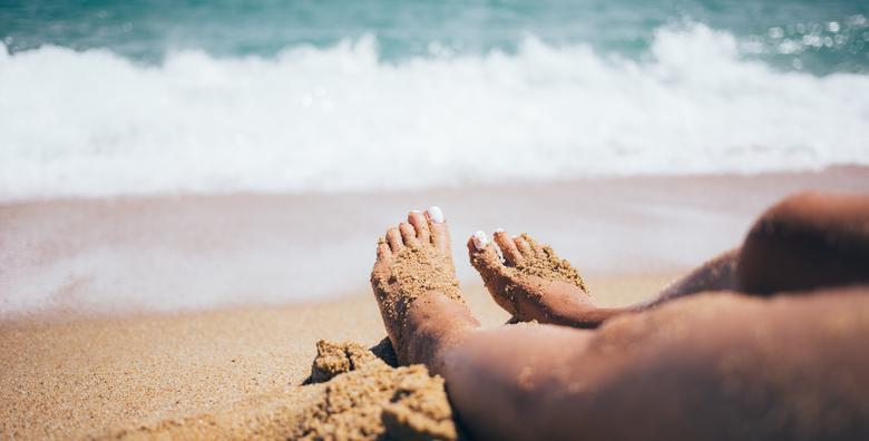 POPUST: 34% - SPA PEDIKURA- Piling, oblikovanje noktiju, uklanjanje natisaka, masaža stopala, parafinska kupka i Shellac trajni lak za 199 kn! (Wellness centar Aquathermal)
