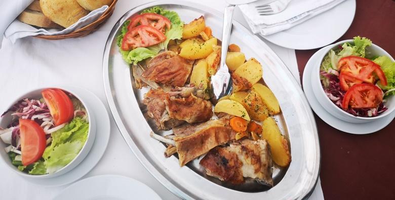 Ponuda dana: Lička janjetina ispod peke, krumpir i salata za dvije osobe u čarobnom  rustikalnom restoranu Plitvička kuća za samo 149 kn! (Restoran Plitvička kuća)