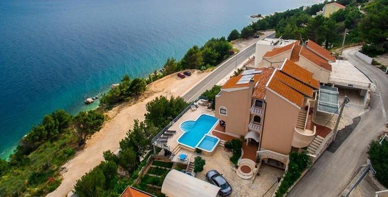 POPUST: 39% - OMIŠ Ruskamen - 3 dana za 2 do 4 osobe u apartmanu 4* uz neograničeno korištenje vanjskog bazena s pogledom na more za 749 kn! (Apartmani Majda)