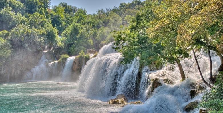 Ponuda dana: Doživite ljepote čarobnih slapova rijeke Krke koji će vas ostaviti bez teksta i razgledajte slikovit Skradin i najstariji samorodni jadranski grad Šibenik za 254 kn! (Smart TravelID kod: HR-AB-01-070116312)