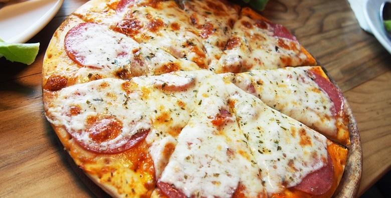 POPUST: 43% - PIZZA Obilje vrućeg sira u slasnom umaku od rajčice s najboljom šunkom ili sastojcima po vašim željama - 2 velike pizze po izboru za samo 49 kn! (Bistro Arka)