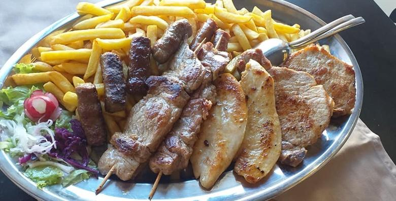 Bogata mesna plata za 2 osobe uz štrukle ili palačinke u restoranu Kapelščak za samo 99 kn!