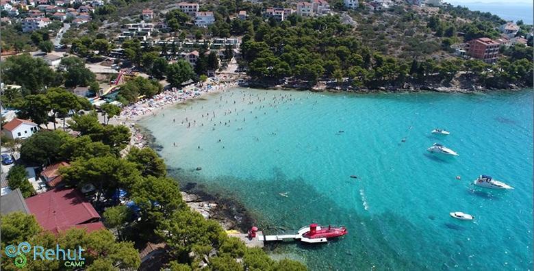 [MURTER, UVALA SLANICA] Odmor tik do najljepše plaže na otoku - 2 noćenja za 6 osoba u luksuznim mobilnim kućicama Kampa Rehut*** od 849 kn!