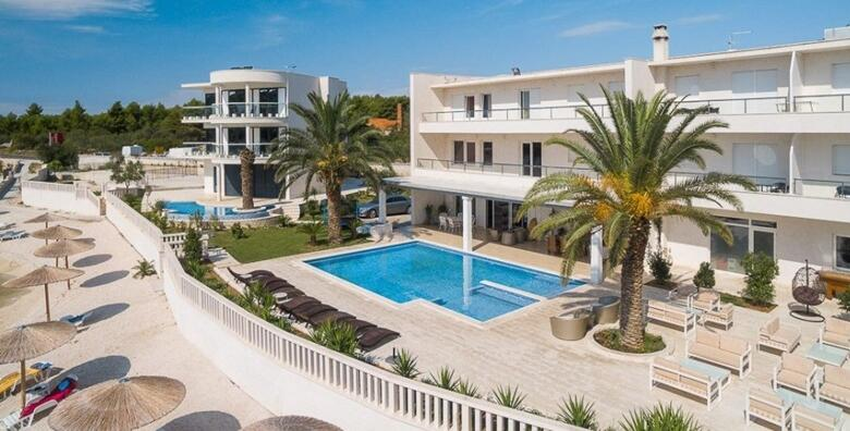 Ponuda dana: Rogoznica CIJELA SEZONA - luksuzno opuštanje uz 1 noćenje za 3,4 ili 5 osoba u apartmanima Perla Resorta 4* s privatnom plažom i bazenom od 1.125 kn! (Apartmani Perla Resort 4*)