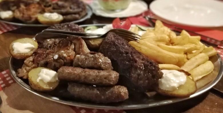 LESKOVAČKI ROŠTILJ Sočne mesne delicije za dvoje - ćevapi, pljeskavice, batak, zabatak, mesni uštipci, kobasice, pomfrit i pole krumpira za 69 kn!