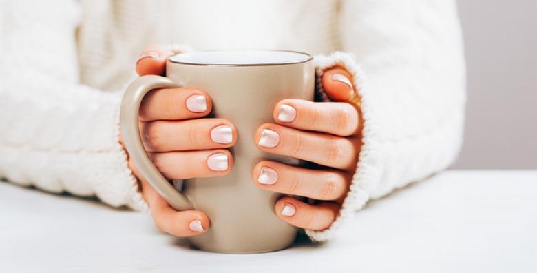 POPUST: 47% - Trajni lak, geliranje prirodnih noktiju ili produživanje tipsama - podarite noktima sjaj, lijepu dužinu i efektnu boju već od 79 kn! (Beauty salon Sasha & Gabi)