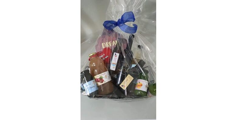 Poklon paket prirodnih proizvoda - sokovi, ocat, vino i liker te drveni ukras za 250 kn!