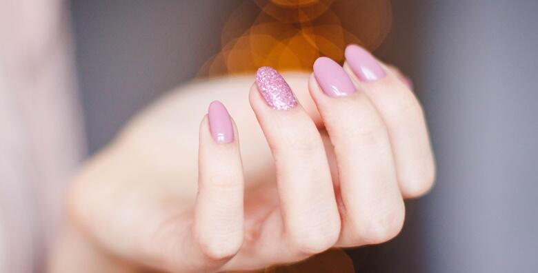 Ukrasite nokte Vašom omiljenom bojom i osvježite njihov izgled uz manikuru i trajni lak u Beauty salonu Leona po odličnoj cijeni za samo 59 kn!