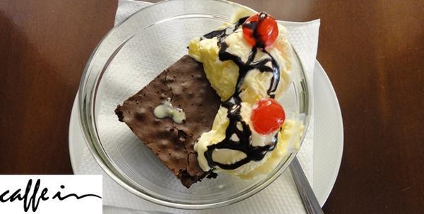 Brownie kolač sa sladoledom uz kavu ili prirodni sok